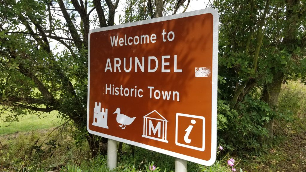 "A sign which reads ""Welcome to Arundel Historic Town"""